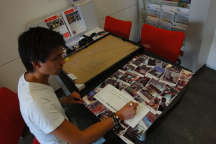 Michel, at the copy-shop, preparing a frame for our partners at BInnenlands Bestuur